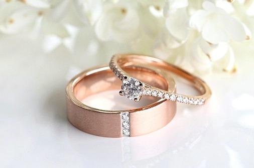 kihlasõrmus ja abielusõrmus punase kullaga